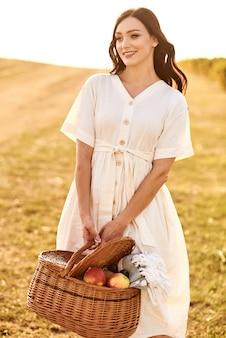 Ritratto di una ragazza con un cesto in mano.