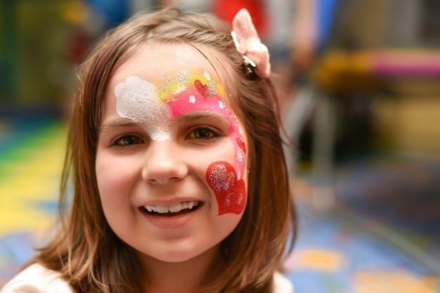 Ritratto di una ragazza con una faccia dipinta