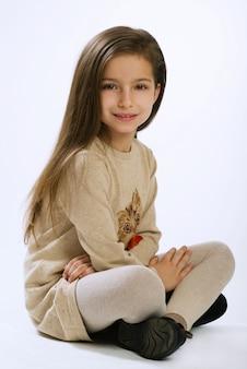 Ritratto di una ragazza di sette anni su sfondo bianco