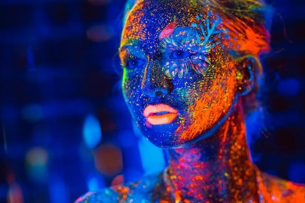 Ritratto di una ragazza dipinta in polvere fluorescente.