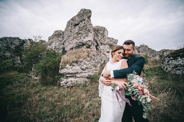 Ritratto di una ragazza e coppie in cerca di un abito da sposa, un abito rosa che vola con una corona di fiori