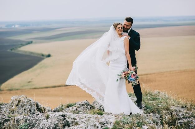 Ritratto di una ragazza e coppie in cerca di un abito da sposa