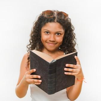 Ritratto di una ragazza felice che tiene il libro