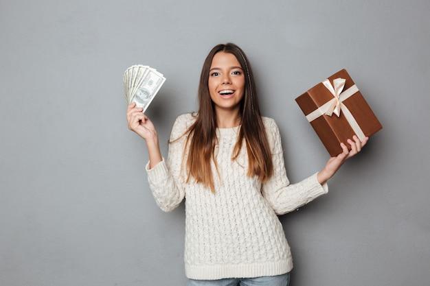 Ritratto di una ragazza felice eccitata in maglione