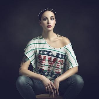 Ritratto di una ragazza in una maglietta con la scritta