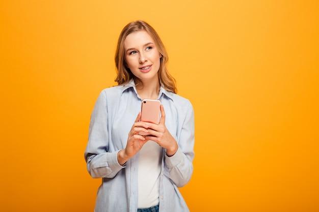 Ritratto di una ragazza sorridente con le parentesi graffe