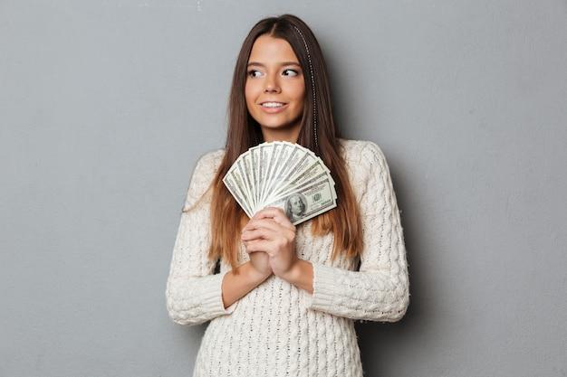 Ritratto di una ragazza sorridente felice in maglione