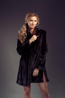 Ritratto di una seducente signora in pelliccia