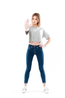 Ritratto di una seria bella giovane donna in piedi