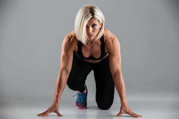 Ritratto di una sportiva in forma muscolare focalizzata