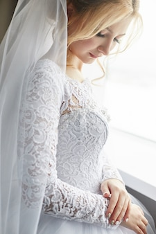 Ritratto di una sposa in un elegante abito da sposa bianco
