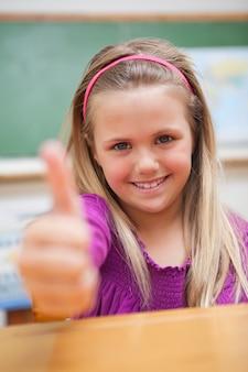 Ritratto di una studentessa con il pollice in su