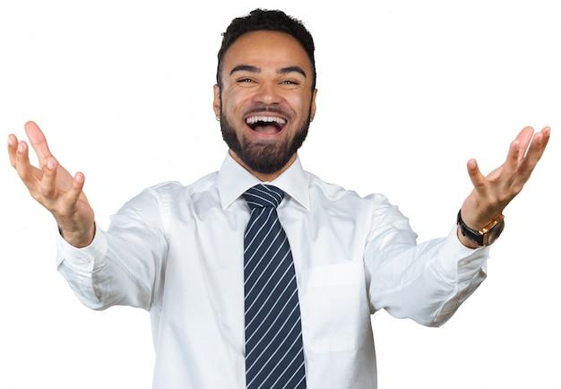 Ritratto di una vittoria di celebrazione maschio allegra mentre stando sul bianco