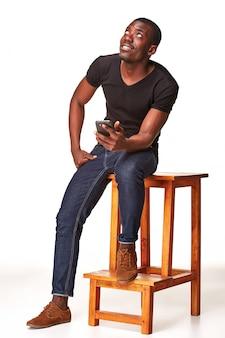 Ritratto di uomo africano parlando al telefono