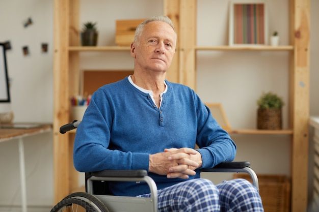 Ritratto di uomo anziano in sedia a rotelle