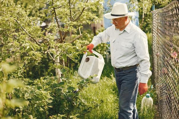 Ritratto di uomo anziano in un cappello di giardinaggio