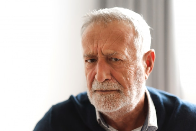 Ritratto di uomo anziano sorridente felice guardando la fotocamera