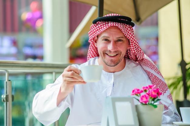 Ritratto di uomo arabo mediorientale all'aperto.