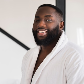 Ritratto di uomo barbuto bello