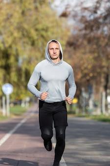 Ritratto di uomo bello fare jogging