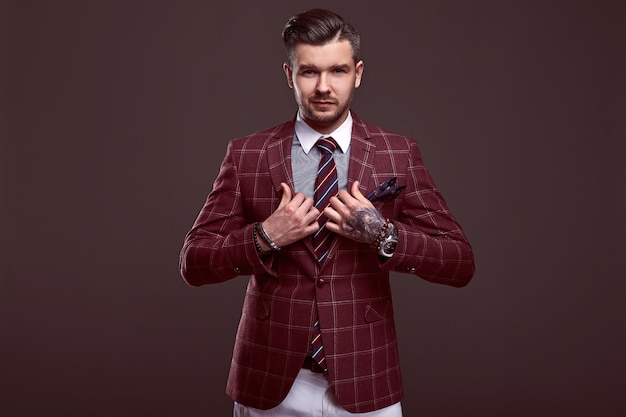 Ritratto di uomo brutale elegante in un abito di lana