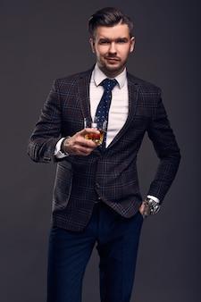 Ritratto di uomo brutale elegante in un vestito costoso