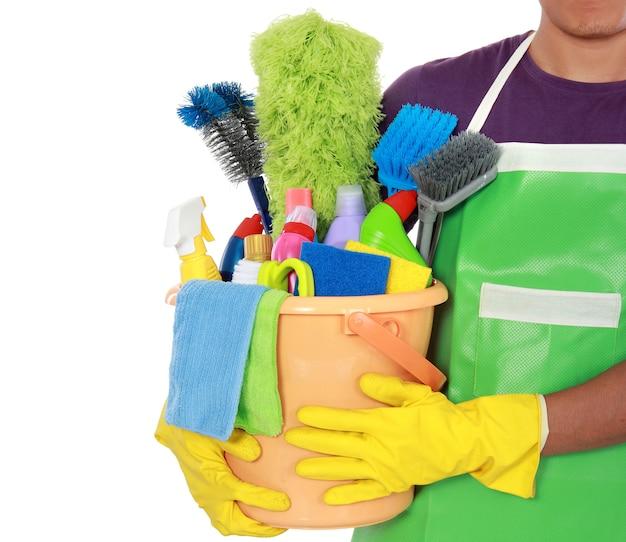 Ritratto di uomo con attrezzature per la pulizia