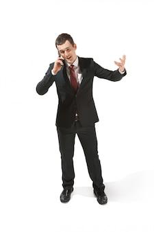 Ritratto di uomo d'affari con la faccia seria. professionista fiducioso con il cellulare
