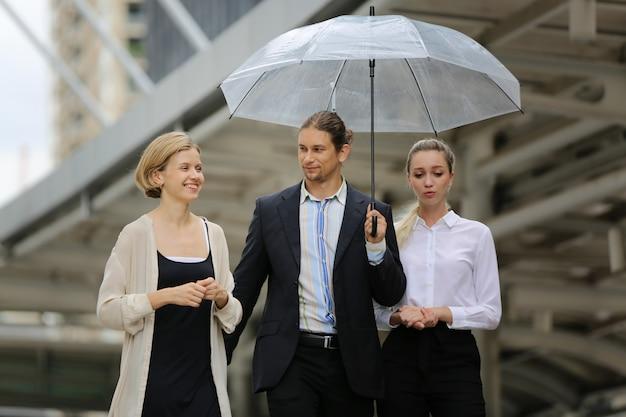 Ritratto di uomo d'affari e donna in piedi contro edificio, imprenditori di successo e uomini d'affari che raggiungono obiettivi.
