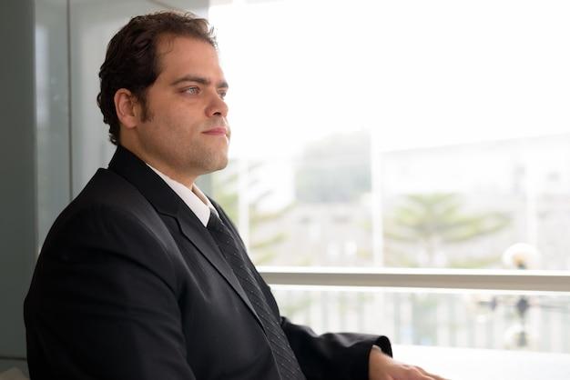 Ritratto di uomo d'affari iraniano in un momento di relax a casa