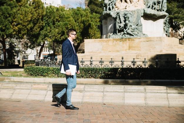 Ritratto di uomo d'affari moderno all'aperto