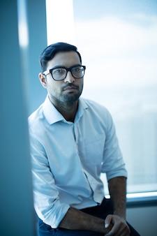 Ritratto di uomo d'affari premuroso in ufficio