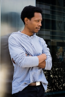 Ritratto di uomo di colore in background urbano.