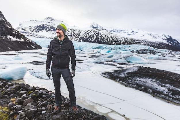 Ritratto di uomo e avventuriero con ghiacciaio