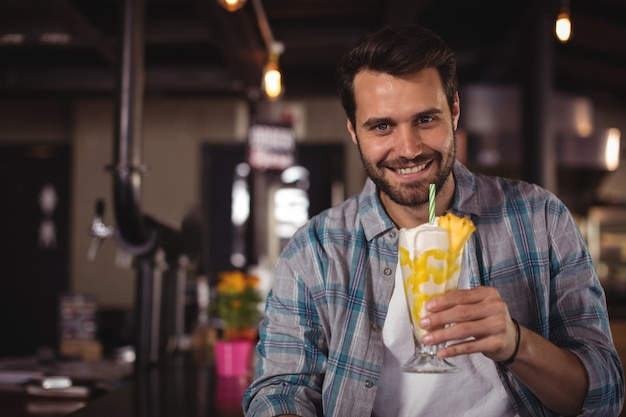 Ritratto di uomo felice con frappè