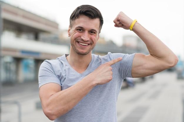 Ritratto di uomo forte che mostra i suoi muscoli