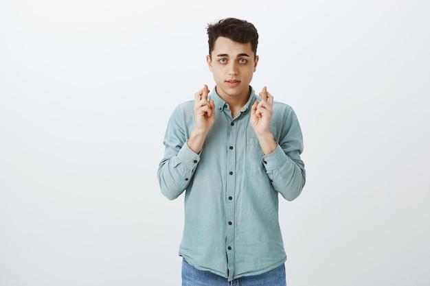 Ritratto di uomo incoraggiante preoccupato in abbigliamento casual