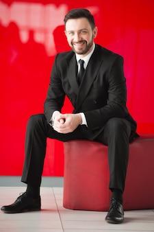 Ritratto di uomo, muro rosso