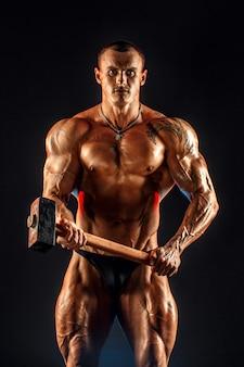 Ritratto di uomo muscoloso in topless con mazza