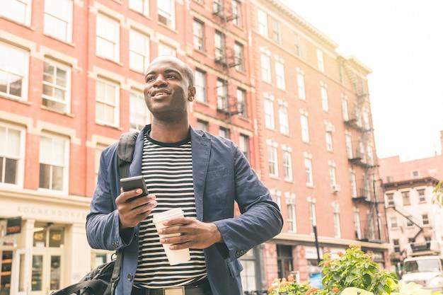 Ritratto di uomo nero millenario a new york
