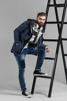 Ritratto di uomo pantaloni a vita bassa in uno studio