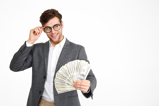 Ritratto di uomo sorridente felice in occhiali e una giacca