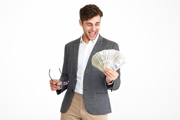 Ritratto di uomo sorridente felice in una giacca