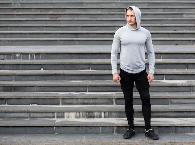 Ritratto di uomo sportivo davanti alle scale