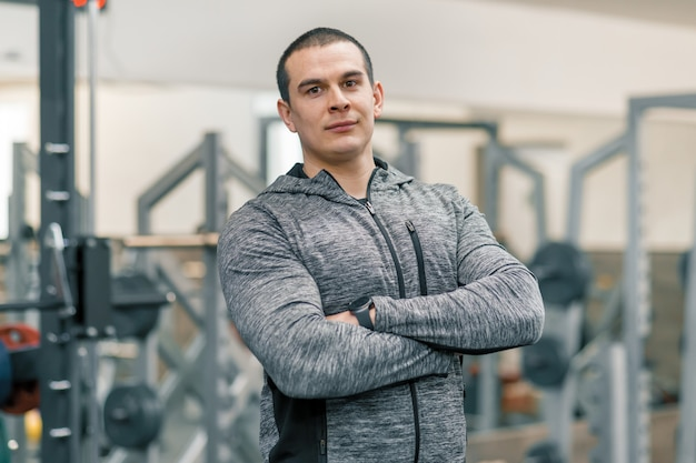 Ritratto di uomo sportivo muscoloso con le mani giunte
