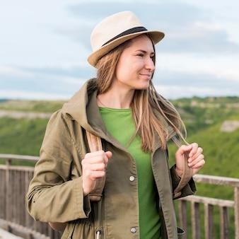 Ritratto di viaggiatore con cappello guardando lontano