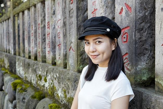 Ritratto di vista frontale di un turista donna felice