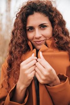 Ritratto di vista frontale di una donna rossa