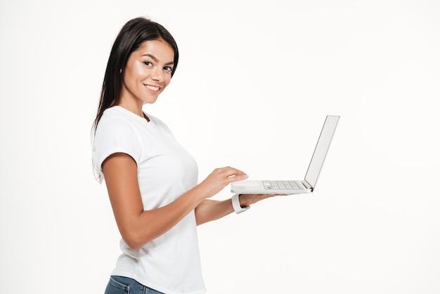 Ritratto di vista laterale di una donna sorridente del brunette