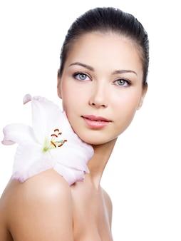Ritratto di volto di donna con pelle pulita e fiore